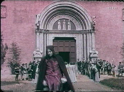 Romeo (Gustavo Serena) has returned to Verona and grieves over the death of Giulietta. The funeral cortege is entering the church.