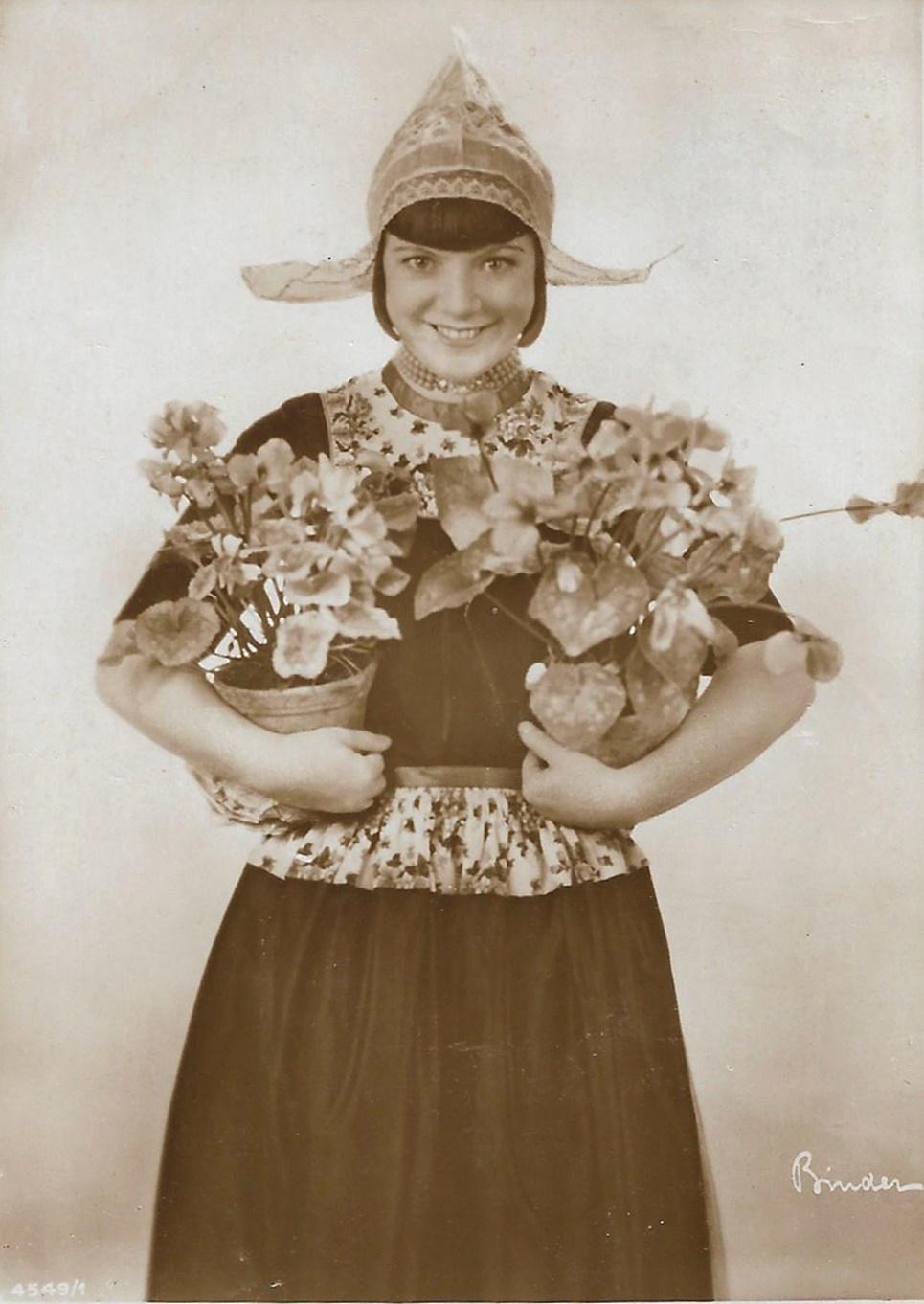 Truus van Aalten als Volendamer Frau